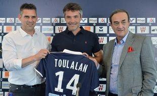Jérémie Toulalan (entouré par Jocelyn Gourvennec et Jean-Louis Triaud le jour de sa présentation officielle au Haillan le 30 juin 2016) sera la « star » des Girondins cette saison. / AFP PHOTO / NICOLAS TUCAT