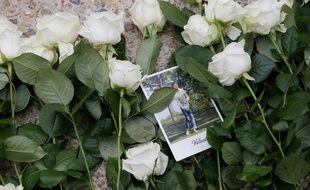 Des fleurs déposées en hommage aux victimes du terrorisme, le 19 septembre 2016 aux Invalides à Paris.