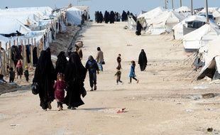 Des femmes se déplacent dans le camp d'Al-Hol au Kurdistan, en mars 2019.