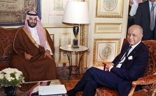L'ancien ministre des Affaires étrangères Laurent Fabius et le ministre de la Défense saoudienne, le prince Mohammed Bin Salman, le 24 juin 2015 au Quai d'Orsay.