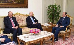 Photo officielle égyptienne de la rencontre le 20 juin 2015 au Caire entre le président égyptien Abdel Fattah al-Sissi (d), son ministre des Affaires étrangères Sameh Shoukry (g) et le chef de la diplomatie française Laurent Fabius (c)