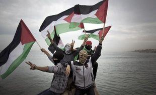 Des Palestiniens le 2 décembre 2013 dans le port de Gaza alors qu'une flotille assure avoir brisé le blocus maritime imposé par Israël.