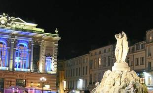 La nuit, sur la place de la Comédie.