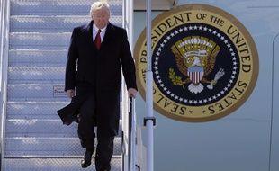 Donald Trump descend d'Air Force One, le 15 mars 2017, dans le Michigan.