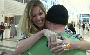 Ils se rencontrent à l'aéroport et se fiancent dans la foulée.