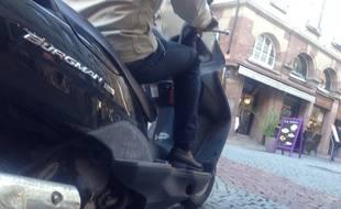Illustration. Un Scooter dans les rues de Strasbourg