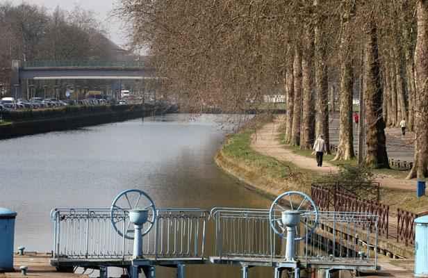 Lille poursuivi par la police il se jette dans le canal for Jardin vauban lille