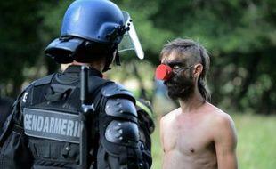 """Un """"zadiste"""" fait face à un policier anti-émeute, à Sivens, le 9 septembre 2014"""