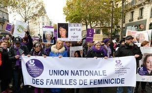 Sandrine Bouchait, présidente de l'Union nationale des familles de féminicide, défilait en tête de cortège lors de la marche organisée par le collectif #NousToutes le 23 novembre. Elle déplore qu'aucune des mesures présentées en conclusion du Grenelles des violences conjugales ne porte sur la prise en charge des proches des victimes de féminicide.