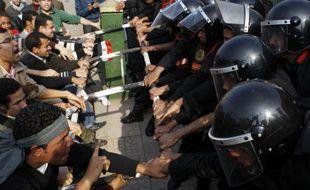 Policiers et manifestants se sont affrontés au Caire le 25 janvier 2011.