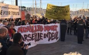 Le tribunal populaire organisé par des collectifs devant la mairie de Marseille.