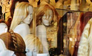 La chute des cheveux est l'un des nombreux effets indésirables de la chimiothérapie.