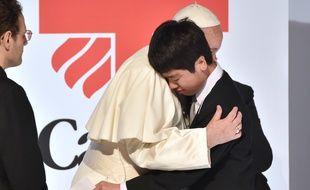 Le Pape François embrasse un déplacé de la catastrophe de Fukushima, à Tokyo le 25 novembre 2019.