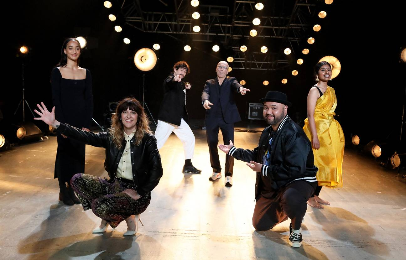 La deuxième édition d'On danse chez vous, événement lancé par le chorégraphe Mehdi Kerkouche (au fond en pantalon blanc), passera par le plateau de Culturebox, le 24 avril à 20h10.