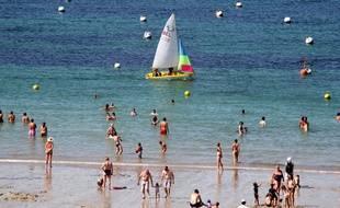 Des vacanciers sur la plage de Tregastel, dans les Côtes d'Armor.