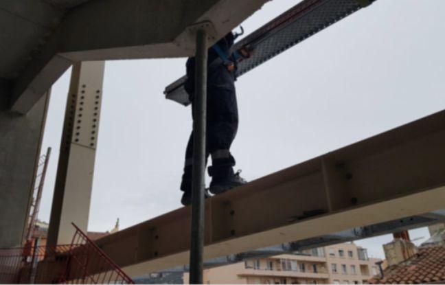 L'un des employés de ce chantier à Toulon ne dispose d'aucun système de securité, malgré son baudrier.