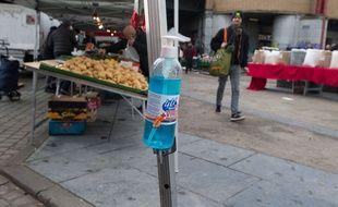 Du gal hydroalcoolique sur un marché de Bruxelles, en Belgique.