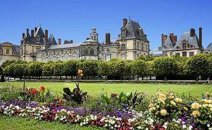 Le château de Fontainebleau et ses jardins. Le dézonage est un argument de vente pour ces sites éloignés.