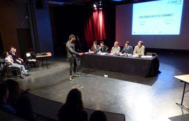 Le jury du concours Eloquentia à Saint-Denis s'apprête à descendre avec humour la présentation de Facri, étudiant connu pour son imitation de multiples accents.
