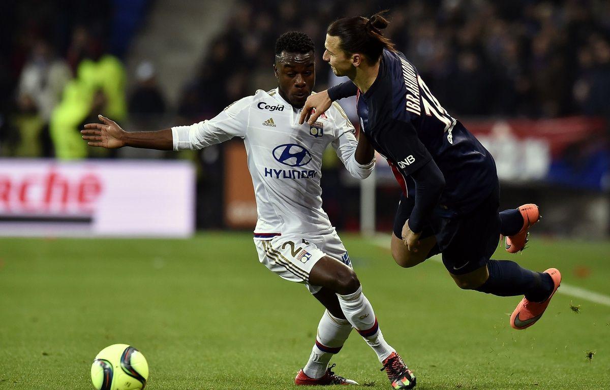 A seulement 19 ans, Maxwel Cornet n'a pas peur de faire éclater Zlatan Ibrahimovic au duel. Costaud, non? JEFF PACHOUD – AFP