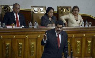 """Le président vénézuélien Hugo Chavez, hospitalisé à Cuba depuis sa quatrième opération d'un cancer le 11 décembre, est en train de """"remonter la pente"""", a affirmé mardi le vice-président Nicolas Maduro au retour d'un séjour à La Havane."""