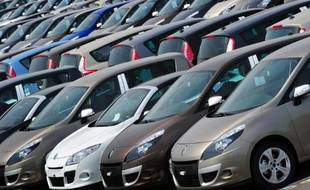 Des voitures Renault sur le parking d'une usine du constructeur automobile, à Douai