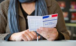 Une personne tenant une carte électorale.