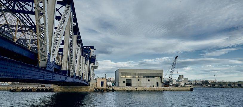 Le bâtiment installé sur le port de Marseille où l'eau de mer est pompée.