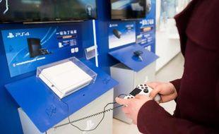 Une personne joue à la PlayStation 4 de Sony dans un magasin de Shanghai, le 19 mars 2015.