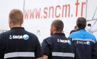 """Des employés de la SNCM attendent de monter sur le ferry """"Danielle Casanova"""" pour une assemblée générale, le 10 juillet 2014"""