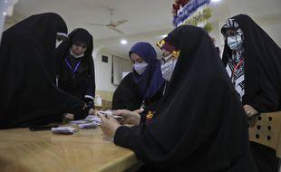 Décompte des voix à l'élection présidentielle iranienne le 18 juin 2021 dans un bureau de vote à Téhéran.