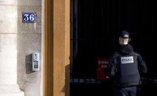Un policier devant le 36, quai des Orfèvres à Paris.
