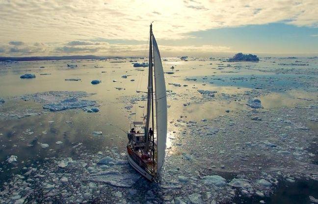Guirec et sa poule Monique naviguent à bord du voilier Yvinec, aujourd'hui prisonnier des glaces.