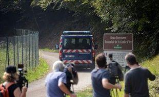 """Les gendarmes en charge de l'enquête sur la tuerie de Chevaline, dans les Alpes, lancent mardi un appel à témoins auprès de toute personne qui """"connaîtrait ou aurait pu entrer en contact avec un ou plusieurs individus ayant circulé"""" dans un 4X4 gris vu à proximité du lieu du crime."""