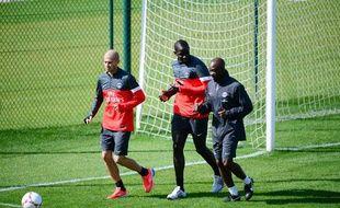 Les joueurs du PSG, Jallet (à g.), Sakho (au centre), avec Claude Makelele lors d'un entraînement au Camp des Loges le 12 septembre 2012.