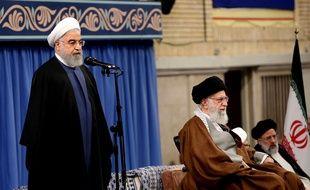 Le président iranien Hassan Rohani (debout) et l'ayatollah Ali Khamenei, guide suprême de la révolution, le 15 novembre 2019 à Téhéran.