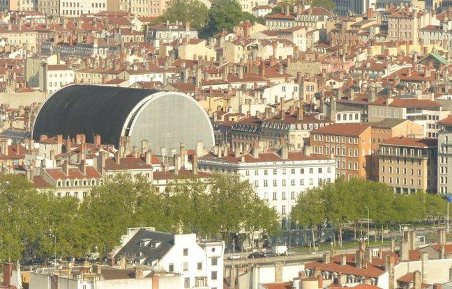 Lyon, le 3 mai 2016. Vue de Lyon depuis la Tour Incity, bâtiment le plus haute de Lyon, situé dans le quartier de la Part-Dieu. Ce gratte-ciel abrite la direction régioanle de la Caisse d'Epargne et plusieurs services de la SNCF.
