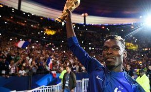 Paul Pogba présente la Coupe du monde au public du Stade de France.