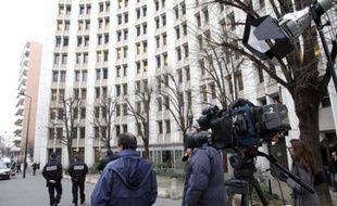 Des journalistes attendent Jérôme Kerviel devant la brigade financière de Paris le 28 janvier