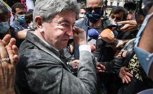 Jean-Luc Mélenchon enfariné le 12 juin 2021 à Paris lors de la manifestation pour les libertés et contre les idées d'extrême droite.