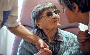 Marie-Thérèse Bardet, 113 ans et demi, nouvelle doyenne connue des Français, est une petite dame très tendre avec les gens qui l'entourent dans sa maison de retraite et tous ravivent le souvenir encore frais d'une personne dynamique, qui n'a arrêté de parler qu'il y a 18 mois.