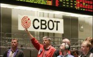La fusion entre le Chicago Board of Trade (CBOT) et le Chicago Mercantile Exchange (CME) a été approuvée lundi par leurs actionnaires, donnant naissance à la première Bourse mondiale par la taille de sa capitalisation.
