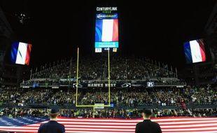 Des drapeaux français sont hissés, le 15 novembre 2015 dans un stade à Seattle en hommage aux victimes des attaques de Paris