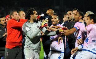 Les joueurs du PSG, Salvatore Sirigu en tête, lors d'une bagarre générale contre ceux d'Evian-Thonon-Gaillard, le 28 avril 2013.