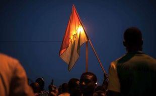 Des manifestants brandissent un drapeau du Burkina à Ouagadougou le 21 septembre 2015.