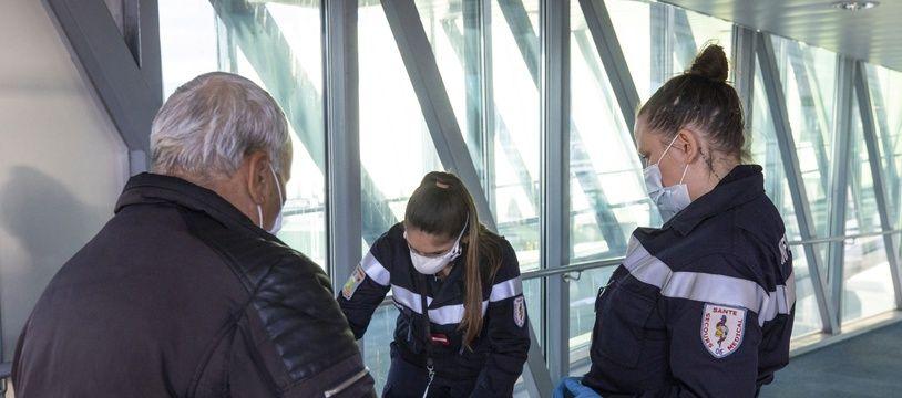 Une infirmière contrôle un passager qui dispose d'un test Covid négatif à l'aéroport de Nice, le 30 décembre. (Image d'illustration)