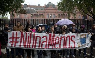 Sur la Place de Mai, des manifestants marchent contre les violences sexistes avec comme slogan #niunamenos.