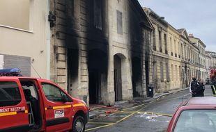 Un important incendie a ravagé une résidence au 64 rue Dupaty à Bordeaux, sans faire de blessés.