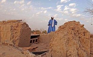 Un maçon inspecte les restes d'un mausolée détruit en 2012 à Tombouctou (Mali)