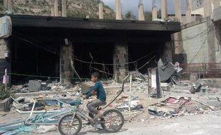 Un bâtiment public incendié le 16 octobre 2014 par des insurgés d'Al-Qaïda à al-Udain dans le gouvernorat d'Ibn